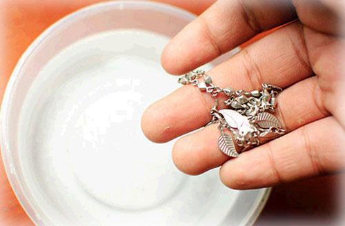 Mẹo làm sáng bạc bằng oxy già tại nhà