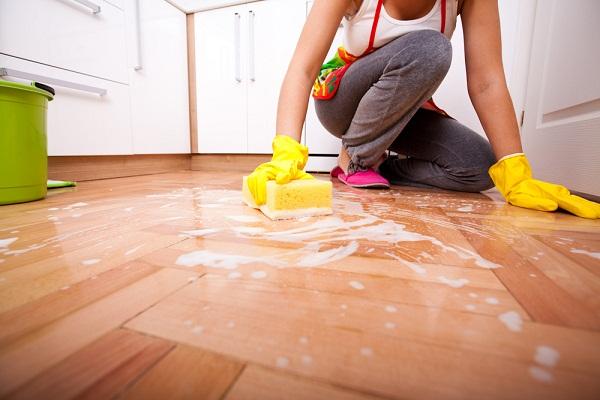 Tẩy vết nước chè trên sàn nhà